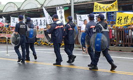 Policía en una protesta contra un nuevo camino polémico Imagen de archivo