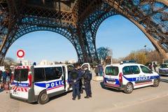 Policía francesa que guarda a Notre Dame en París Fotos de archivo libres de regalías