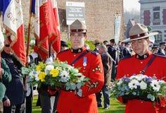 Policía montada canadiense real que pone las guirnaldas Imagenes de archivo