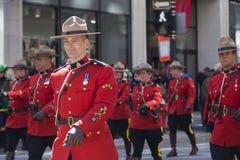 Policía montada real a pie en el desfile del día del ` s de Montreal St Patrick foto de archivo