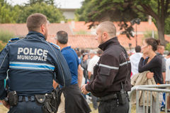 Policía municipal francesa que supervisa el público Fotos de archivo
