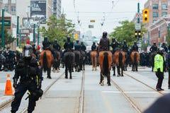 Policía, policía montada, y GOLPE VIOLENTO Imagenes de archivo