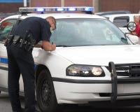 Policía que hace informe