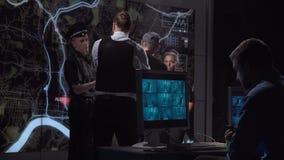 Policía que muestra al bandido a los compañeros de trabajo almacen de video
