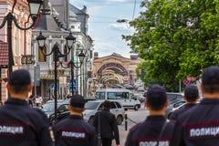 Policía que patrulla las calles en el Kazán Fotografía de archivo