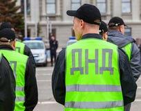 Policía rusa del ayudante Equipos nacionales voluntarios en uniforme Fotos de archivo