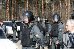 Policía rusa en la protesta de ecologistas en el bosque de Khimki Imágenes de archivo libres de regalías