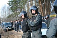 Policía rusa en la protesta de ecologistas en el bosque de Khimki Foto de archivo libre de regalías