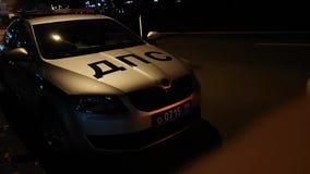 Policía rusa Skoda Octavia Patrol Car del camino almacen de metraje de vídeo