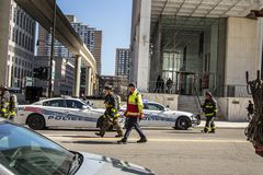 Policía y bomberos de Detroit que caminan abajo de la calle de Detroit Foto de archivo