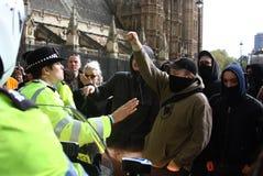 Policía y demonstators, Londres el 1 de mayo Imagen de archivo libre de regalías