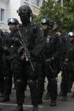 POLICÍA Y FUERZAS DE SEGURIDAD EN LA NAVIDAD Y AÑO NUEVO EN LA CIUDAD JAVA CENTRAL A SOLAS Imagen de archivo libre de regalías