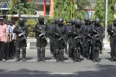 POLICÍA Y FUERZAS DE SEGURIDAD EN LA NAVIDAD Y AÑO NUEVO EN LA CIUDAD JAVA CENTRAL A SOLAS Imágenes de archivo libres de regalías