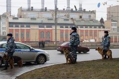 Policía y perros rusos en marcha contraria Fotografía de archivo libre de regalías