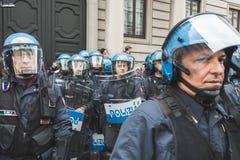 Policías del alboroto durante el desfile del día de la liberación Fotos de archivo