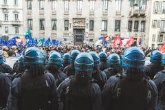 Policías del alboroto durante el desfile del día de la liberación Imagenes de archivo