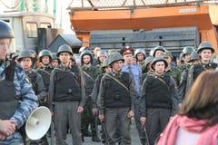 Policías desconocidos en las partes de la oposición rusa para las elecciones justas Foto de archivo