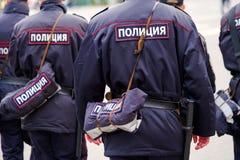 Policías en el uniforme, vista posterior Imagen de archivo libre de regalías