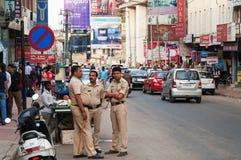 Policías en la calle comercial en Bangalore foto de archivo libre de regalías