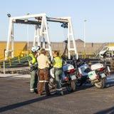 Policías españoles con las bicis del motor Imagenes de archivo