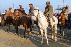 Policías montados en el Kumbha Mela, la India Imagen de archivo