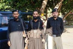 3 policías no identificados en Besham, Paquistán Imágenes de archivo libres de regalías
