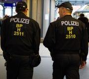 Policías que patrullan en Hamburgo Fotografía de archivo