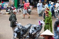 Policías vietnamitas en el trabajo Fotografía de archivo
