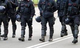 Policías y carabinieri que marchan a través de las calles del ci Imagen de archivo libre de regalías