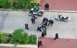 Policías y Francia de lucha sospechada imagen de archivo