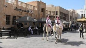Polic?a en el caballo Doha almacen de metraje de vídeo