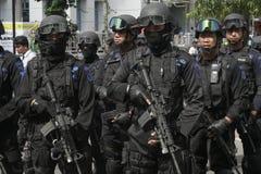 POLICÍA Y FUERZAS DE SEGURIDAD EN LA NAVIDAD Y AÑO NUEVO EN LA CIUDAD JAVA CENTRAL A SOLAS Fotografía de archivo libre de regalías