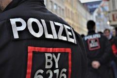 Police à Munich pendant l'émeute du football photos stock