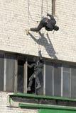 Police anti-terroriste de subdivision pendant un exerci tactique noir images stock