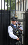 Police armée en dehors de Downing Street Images stock