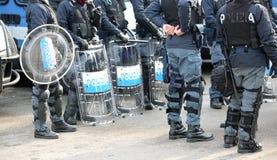 Police avec les boucliers et le tenue anti-émeute pendant l'événement dans la ville Photos libres de droits