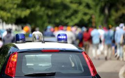 Police cars flashing sirens in the city Royalty Free Stock Photos