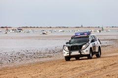 Police civile de Guardia d'Espagnol patrouillant la plage dans le véhicule 4x4 blindé Images stock