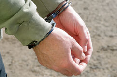 Police criminelle menottée par homme Image stock