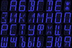 Police cyrillique de Digital des majuscules sur l'affichage à LED alphanumérique bleu images libres de droits