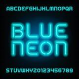 Police d'alphabet de tube au néon Dactylographiez les lettres et les nombres Couleur bleue sur un fond foncé Photographie stock