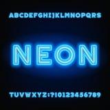 Police d'alphabet de tube au néon Lettres audacieuses et nombres de couleur blanche et bleue Photo libre de droits