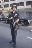 Police dans l'arme de fixation de tenue anti-émeute Photos stock
