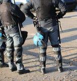 Police dans le tenue anti-émeute avec le casque de protection attendant les fans image libre de droits