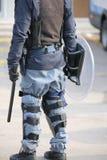 police dans le tenue anti-émeute avec les bâtons et le bouclier protecteur pendant un p Photographie stock libre de droits