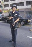 Police dans le tenue anti-émeute tenant l'arme, Los Angeles du centre, la Californie Photos stock