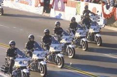 Police de moto dans l'équitation de formation en Rose Parade, Pasadena, la Californie Images libres de droits
