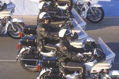 Police de moto dans l'équitation de formation en Rose Parade, Pasadena, la Californie Image stock
