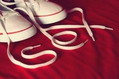 Police de sexe, fond rouge et chaussures Photos stock
