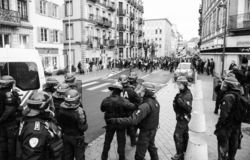 Police de Strasburg fixant la zone pendant la protestation photo stock